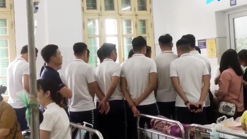 Dàn cầu thủ Hà Nội FC vào bệnh viện thăm nữ CĐV bị thương vì pháo sáng